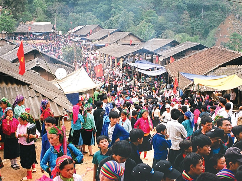 The crowded Khau Vai love market attracts many people from the villages